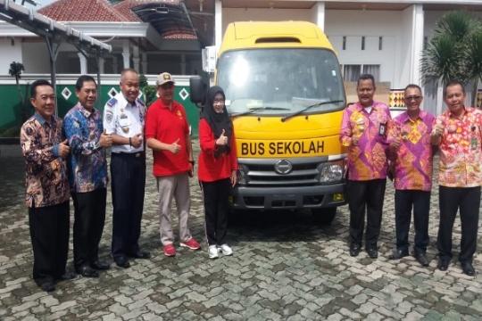Bupati Tanggamus Dewi Handajani Serahkan Bantuan Bus Sekolah