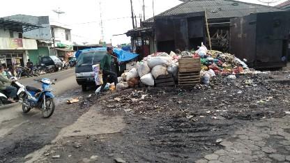 Waduh Baunya, Sampah Menumpuk di Pasar Kedondong Pesawaran