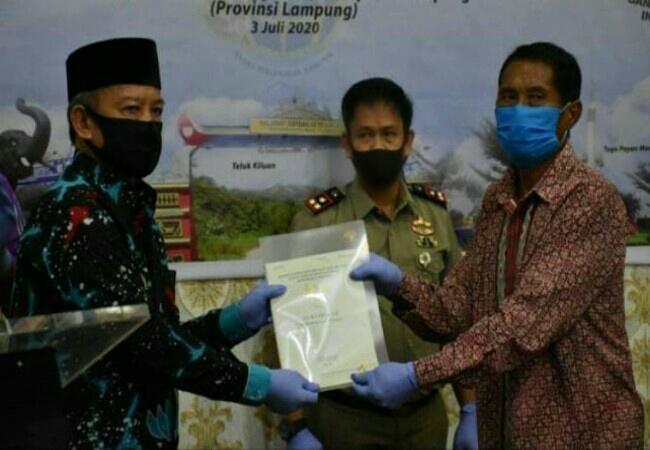Wakil Walikota Metro Bersama BPN Serahkan Sertifikat Tanah  Secara Simbolis