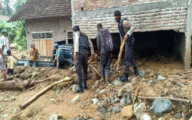 Satsabara Polres Tanggamus Bersama Tim Gabungan Bantu Banjir Semaka