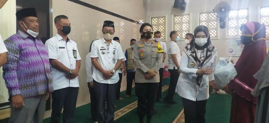 Bupati Dewi Handajani bersama Bersama Wakapolres Tanggamus Kompol Heti Beri  Bantuan  Mualaf